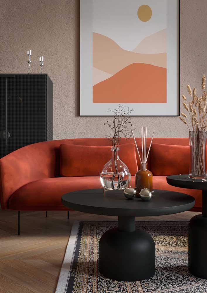 Sala com sofá vermelho combinando com o quadro na parede