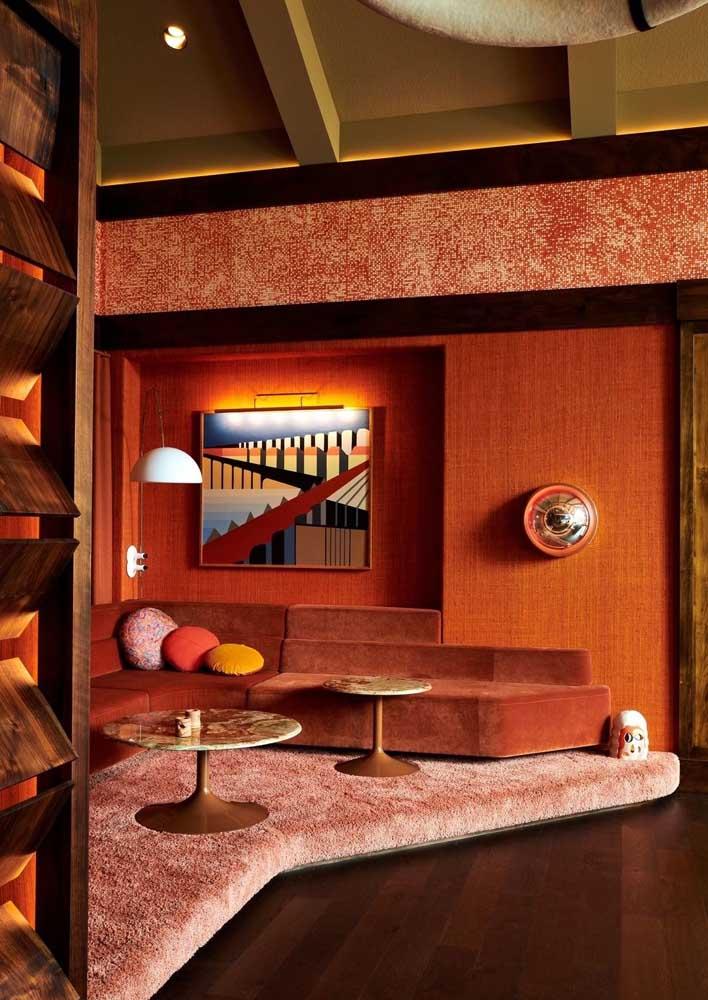 Decoração de sala vermelha em tom terroso: mais confortável e aconchegante