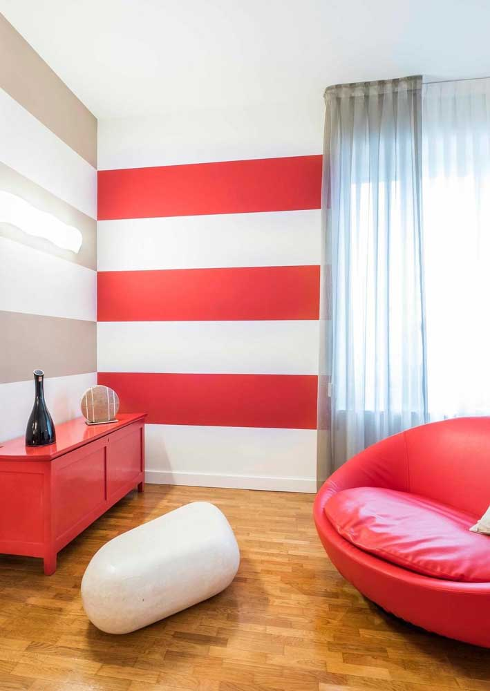 Já aqui, o destaque vai para as paredes com listras em vermelho e branco