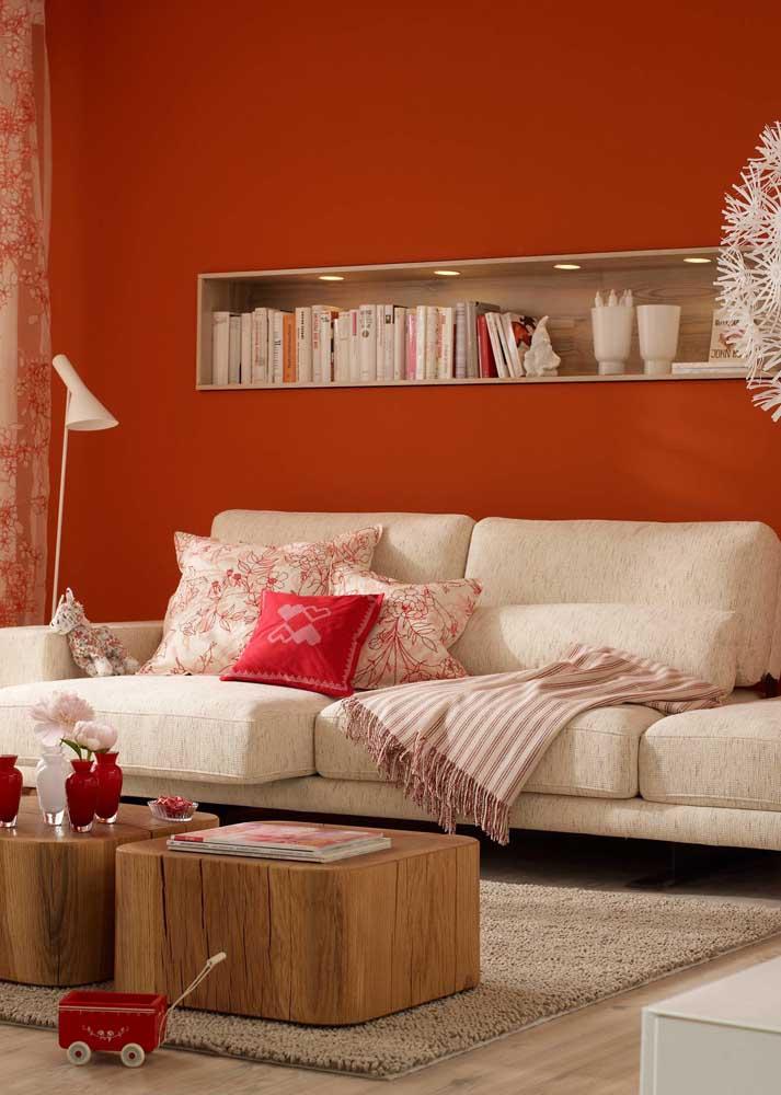 Sala vermelha com detalhes em madeira. A combinação perfeita para quem deseja conforto