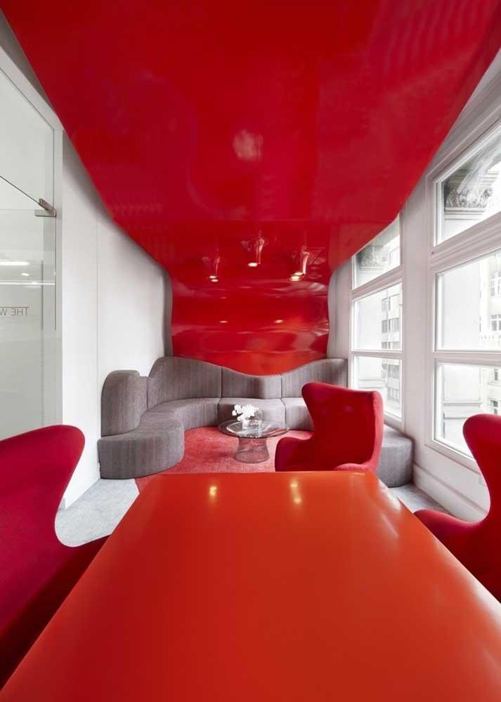Já pensou em um teto vermelho brilhante para sua sala de estar?