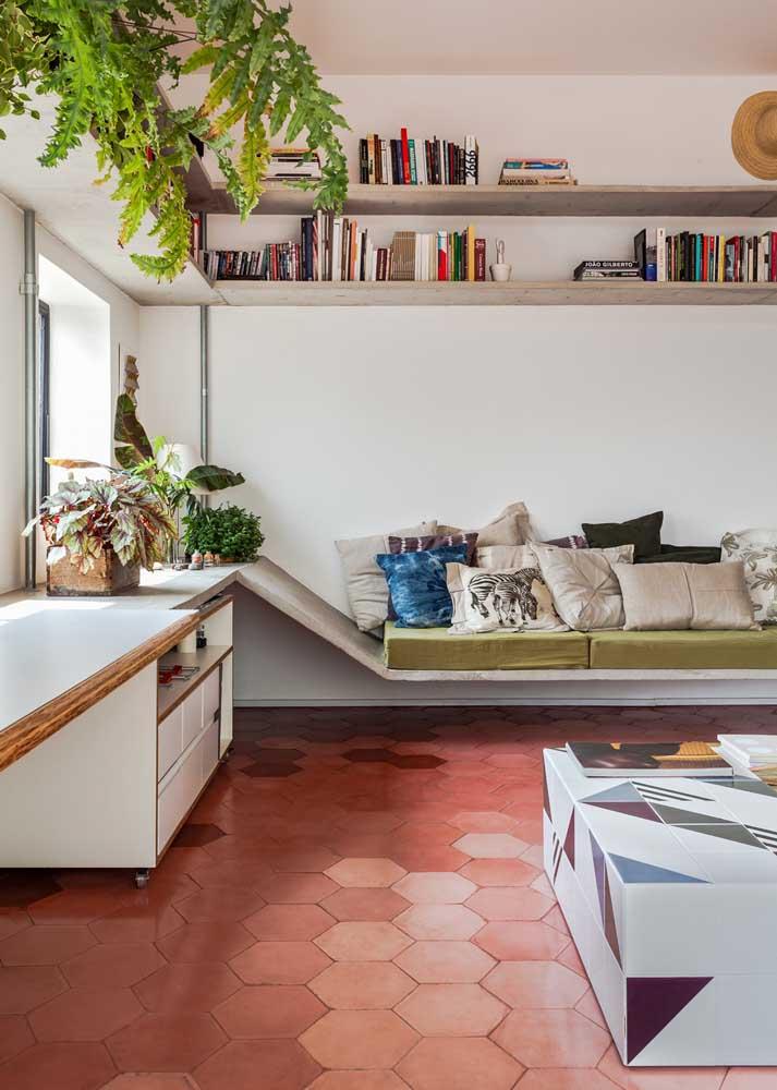 Aqui, o piso vermelho, em estilo retrô, traz um toque de nostalgia incrível para a sala