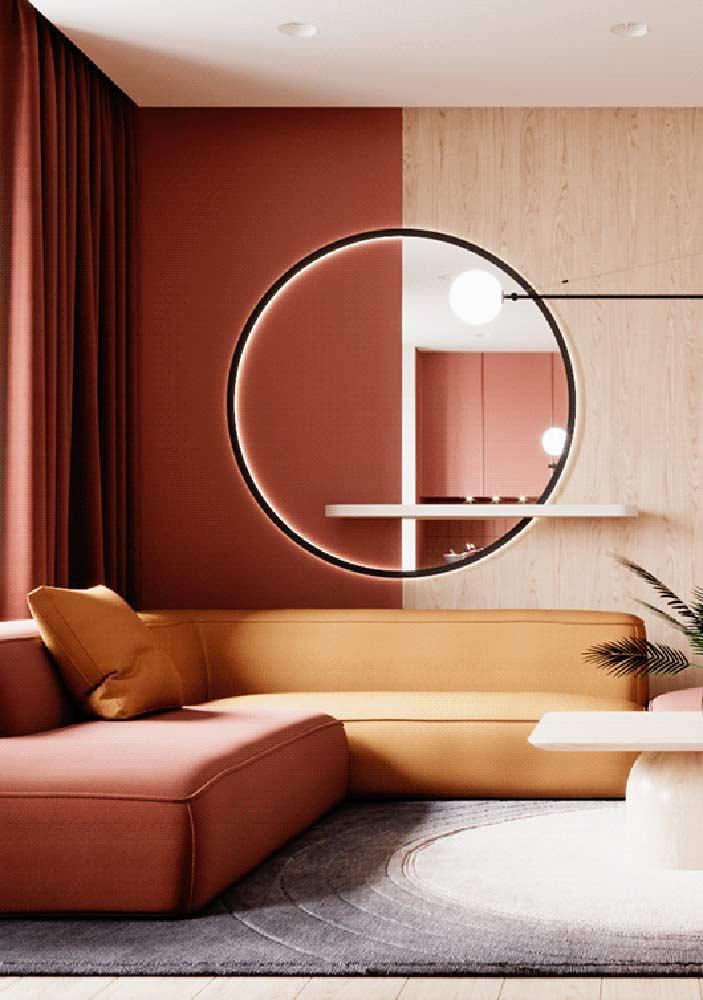 Sala vermelha combinada a tons de madeira e amarelo. O máximo de conforto e receptividade