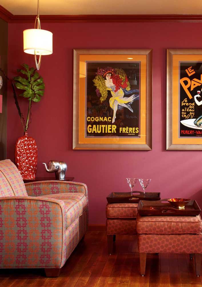 Por aqui, a decoração da sala foi planejada em tons de vermelho e rosa