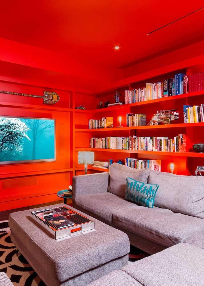 Sala com parede e teto vermelho. Topa?