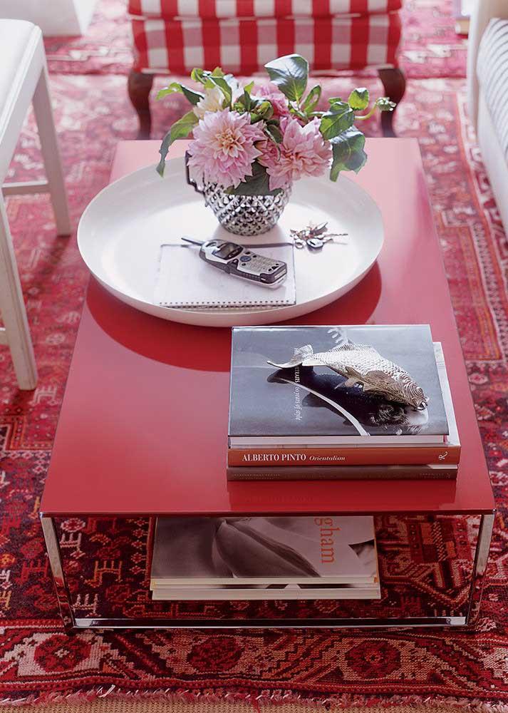 Tapete e mesa vermelha em contraste com os detalhes em branco