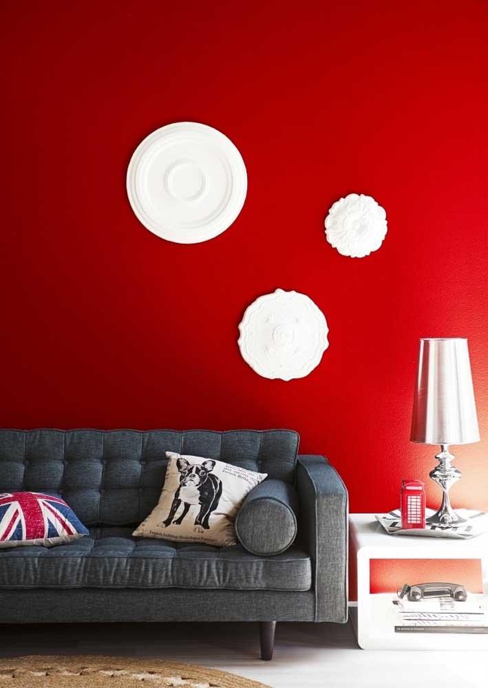 Uma parede vermelha escarlate não é pouca coisa! Ela fala por toda a decoração