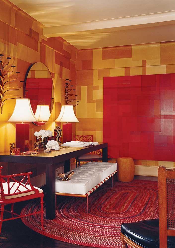 O vermelho, combinado ao amarelo, deixa a sala aconchegante, quente e intimista