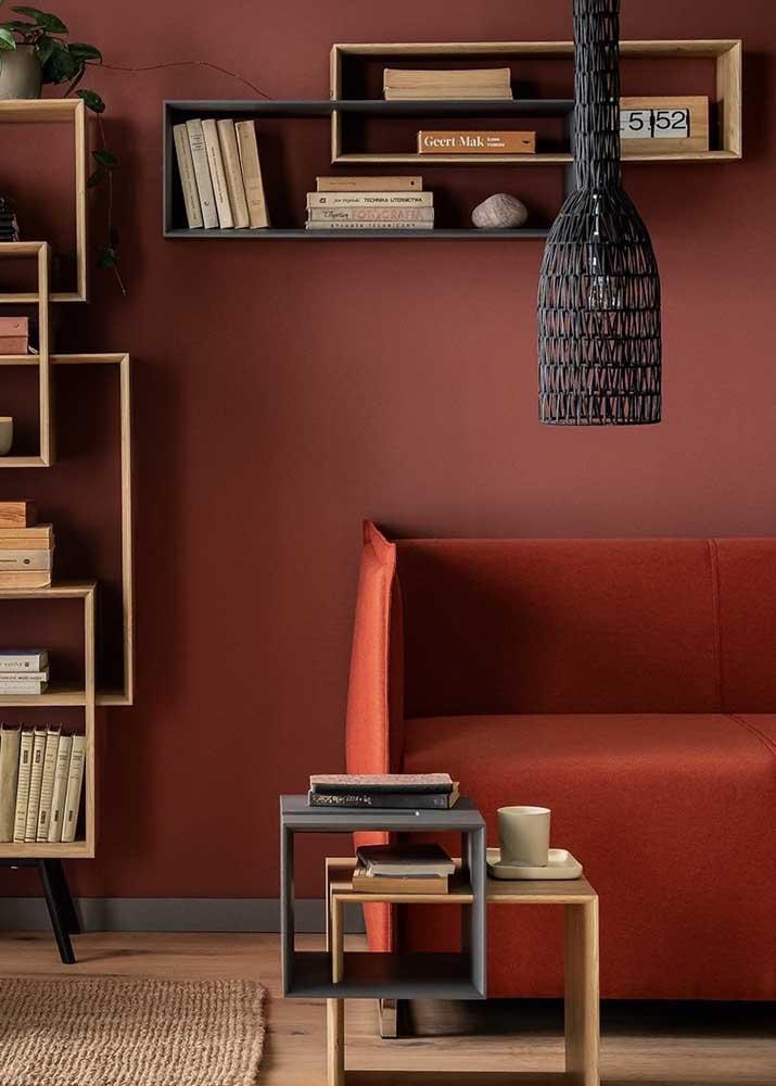 Já nesse outro projeto, o vermelho fechado traz sofisticação e elegância para sala de estar