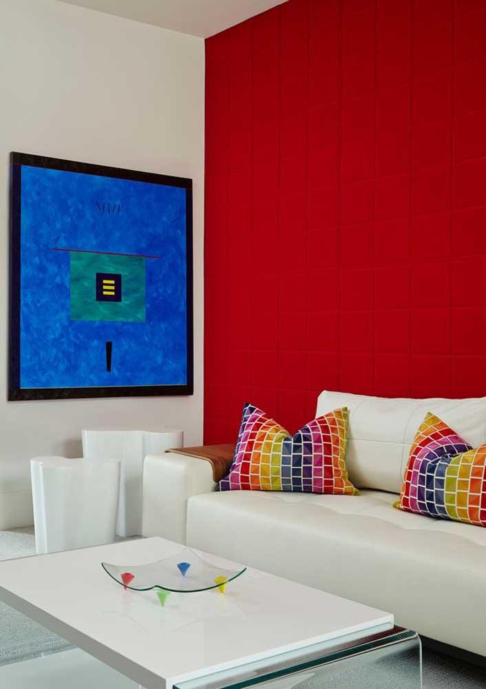 Para uma parede vermelha vibrante, mantenha o restante da decoração em tom neutro, preferencialmente branco