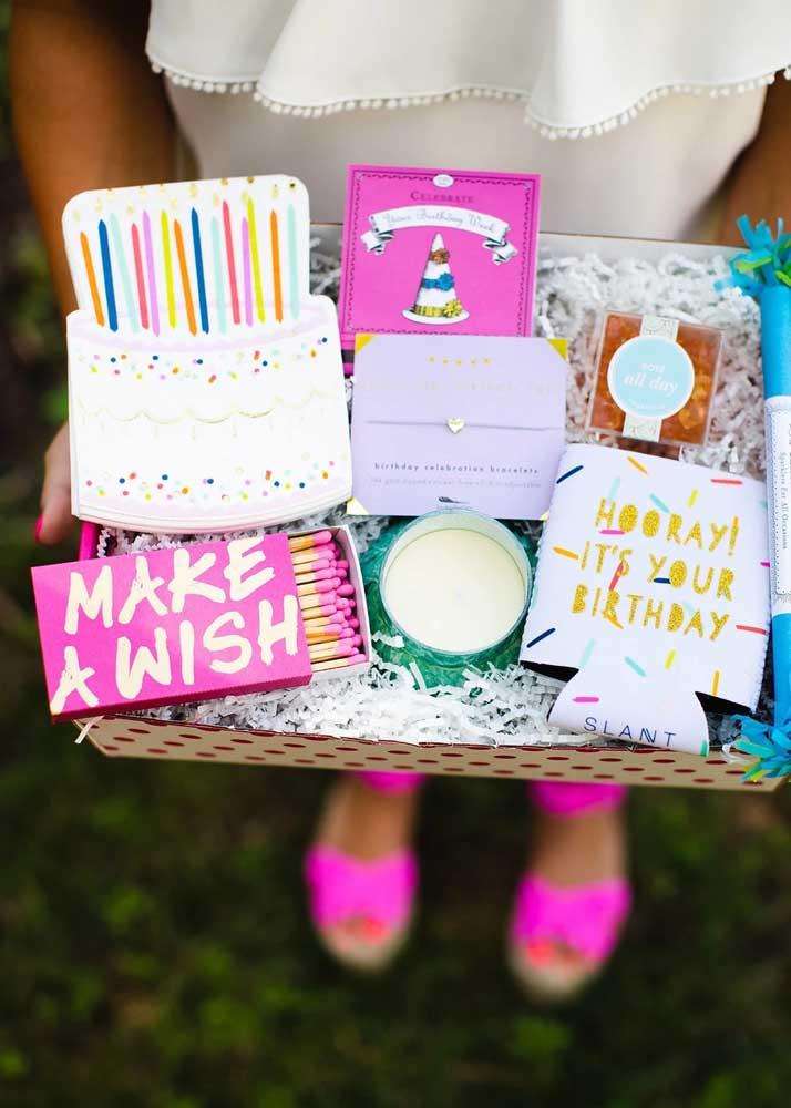 Caixa surpresa para aniversário. O bolo é de mentirinha!