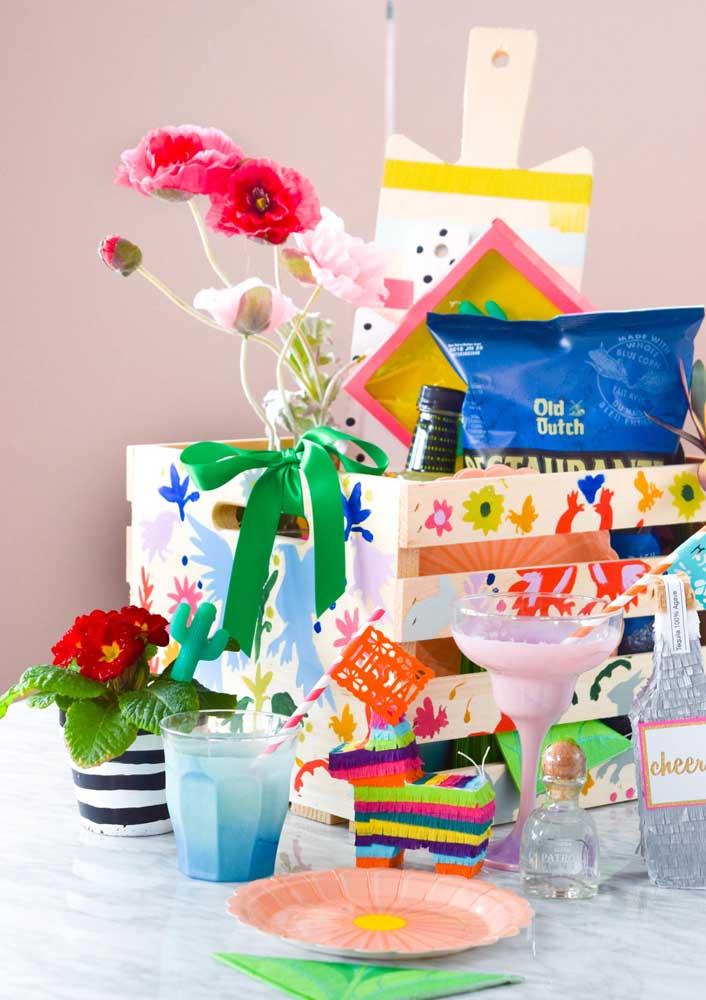 Aqui, a caixa surpresa de aniversário foi montada dentro de um caixote