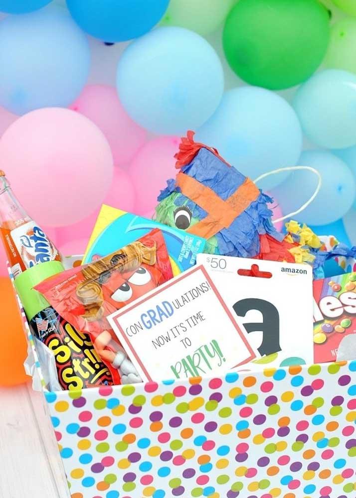 Caixa surpresa de aniversário colorida, lúdica e cheia de guloseimas