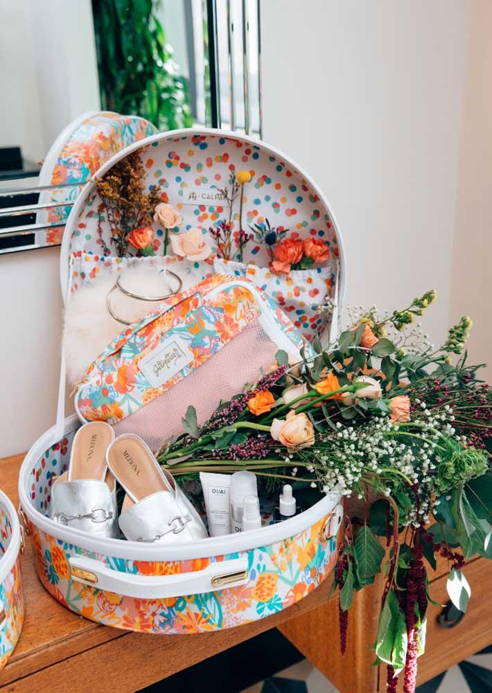 Para surpreender a namorada, aposte em uma caixa surpresa com flores, produtos de beleza e sapatos!