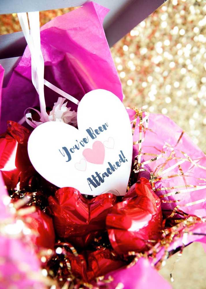 Caixa surpresa com balões de coração: muito romântico!