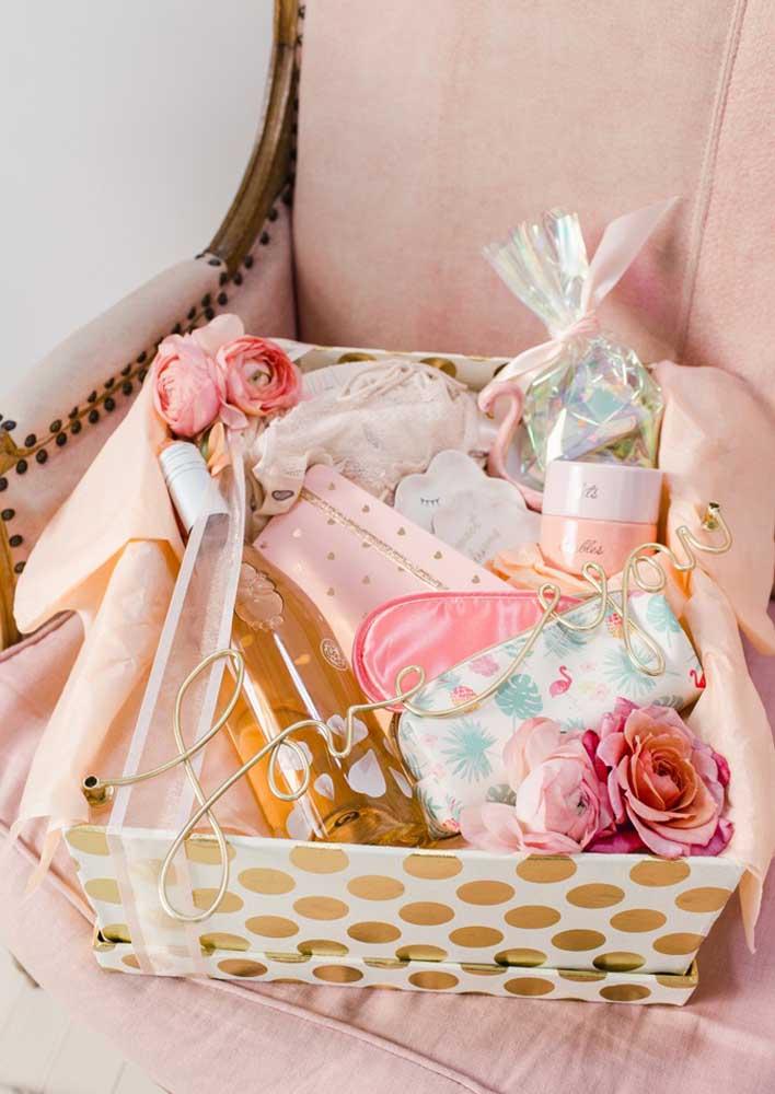 Caixa surpresa para namorada: flores, maquiagem e muita cor de rosa!