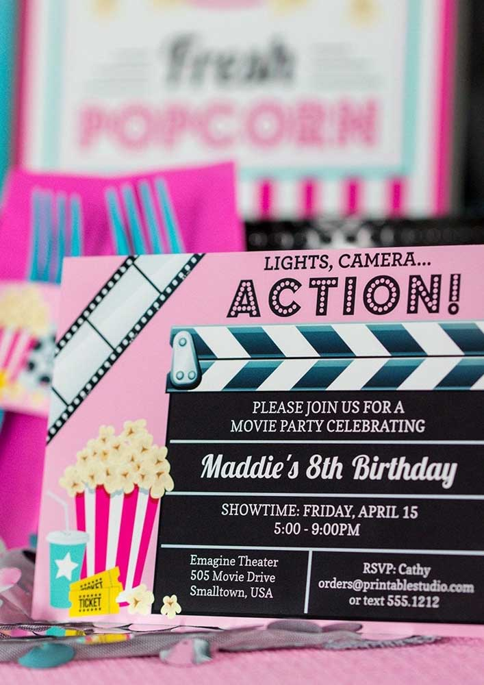 Ideia de convite para festa cinema. O modelo traz uma claquete personalizada com as informações da festa