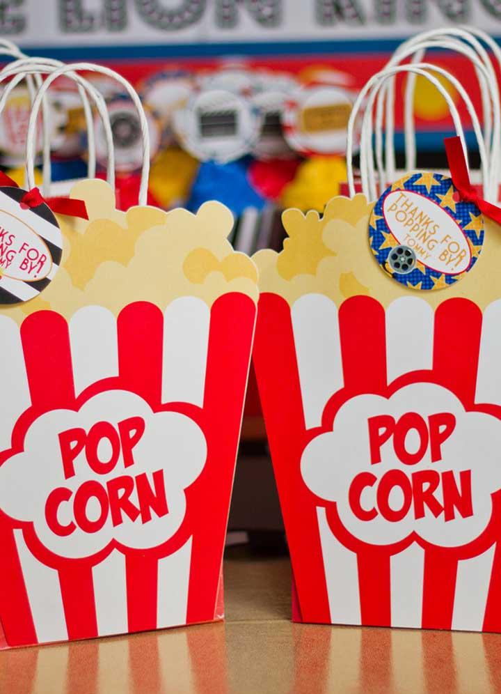 Lembrancinha para festa cinema: sacolas em formato de saquinho de pipoca