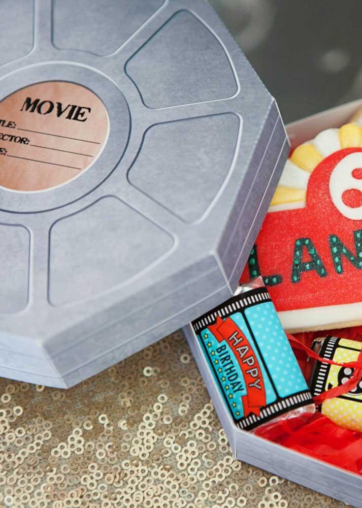 Aqui, a lembrancinha da festa cinema vem dentro do rolo de filme