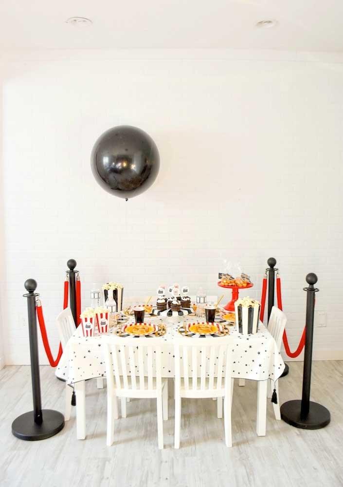 Festa cinema simples decorada com elementos típicos