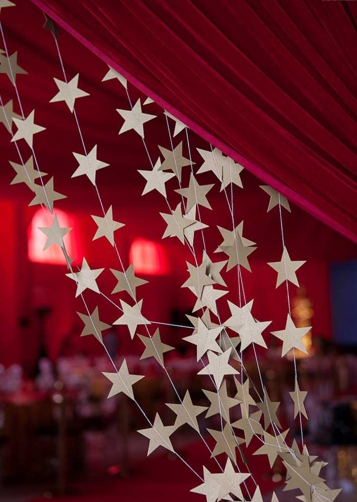 Olha que ideia linda e fácil: cortininha de estrelas de papel