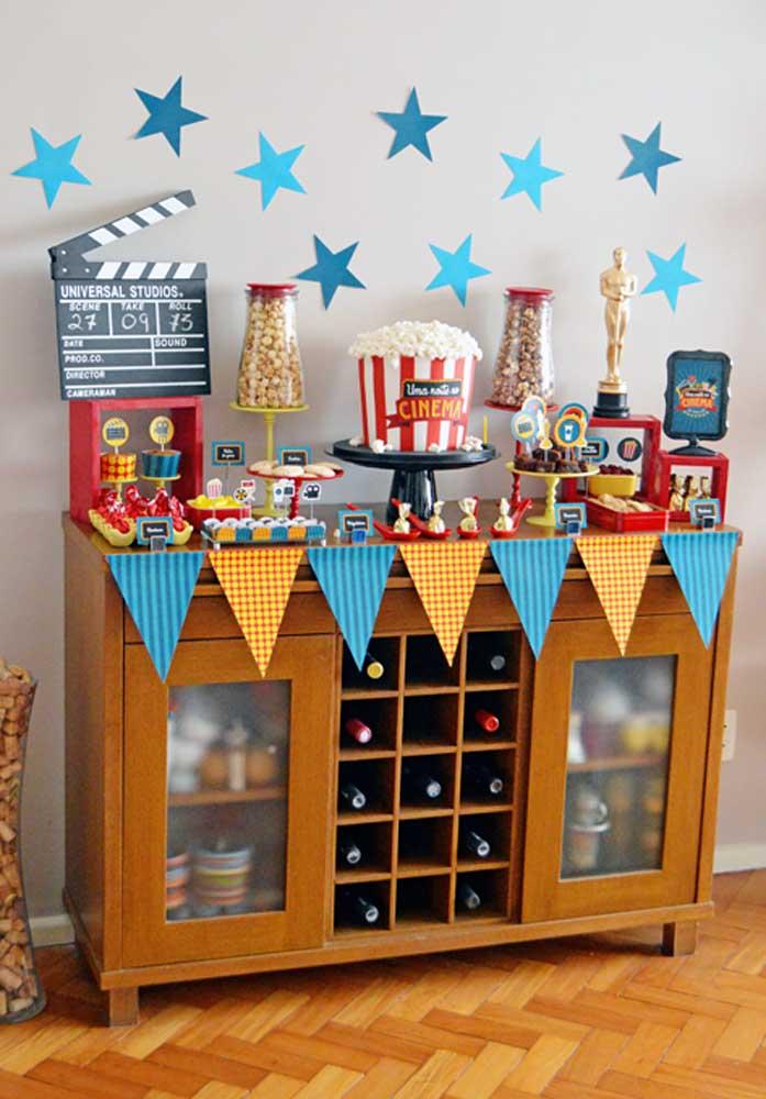 Festa cinema infantil organizada em cima do aparador