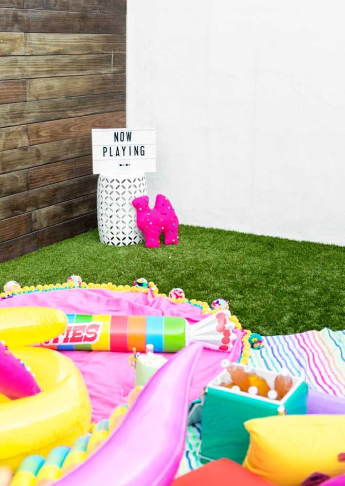 Festa cinema infantil com telão para as crianças assistirem