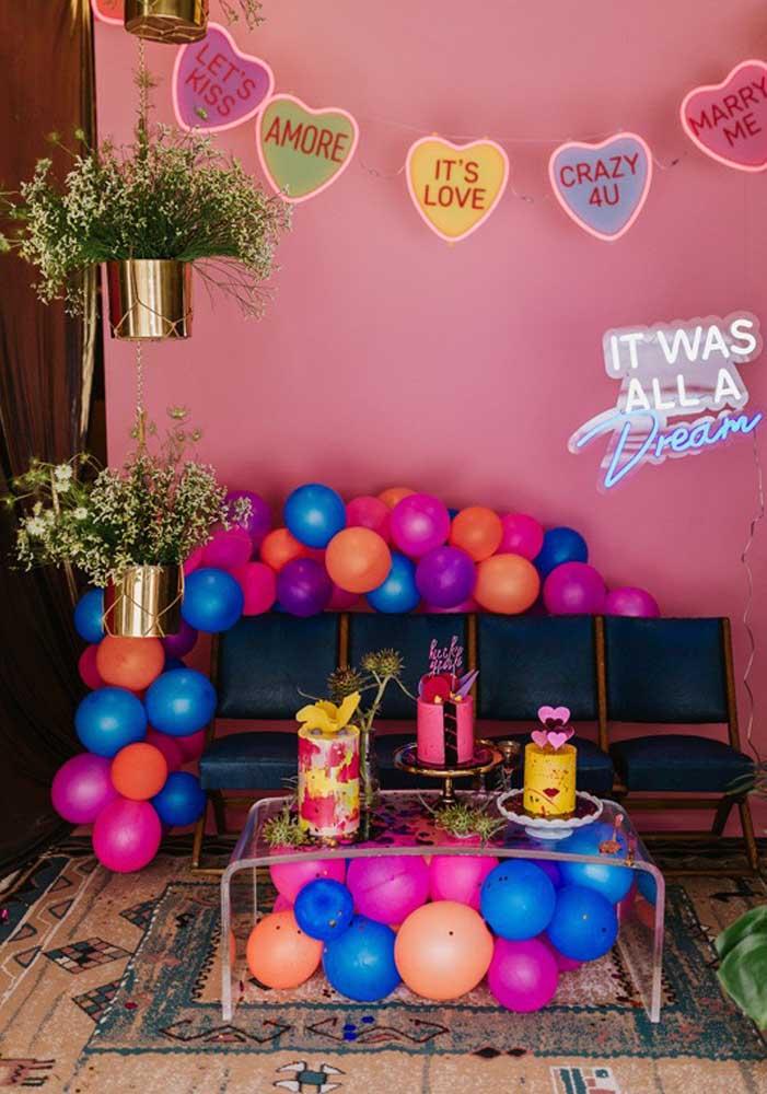 Letreiro de neon para completar a decoração de dia dos namorados