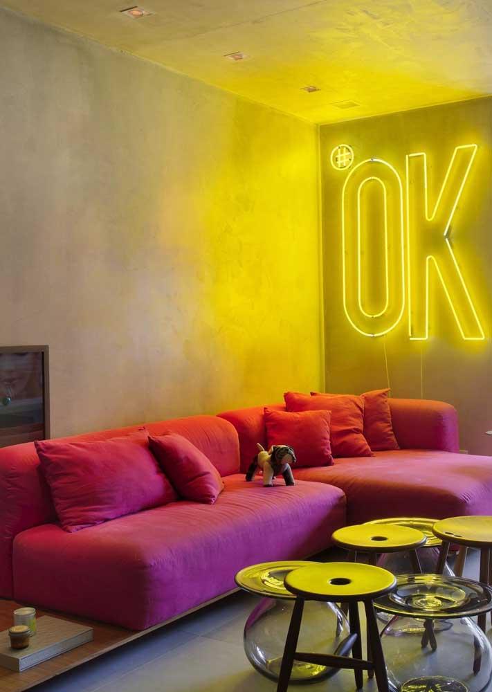 Já nessa sala de estar, o destaque é todo do letreiro de neon amarelo