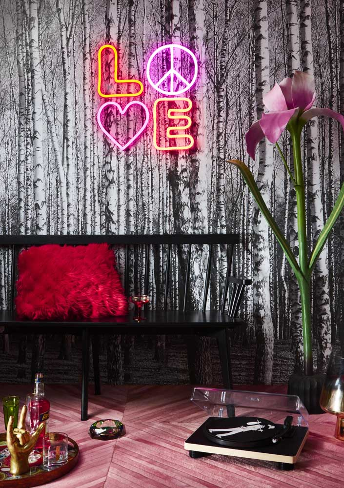 """Letreiro neon """"love"""" para completar a decoração original desse ambiente"""