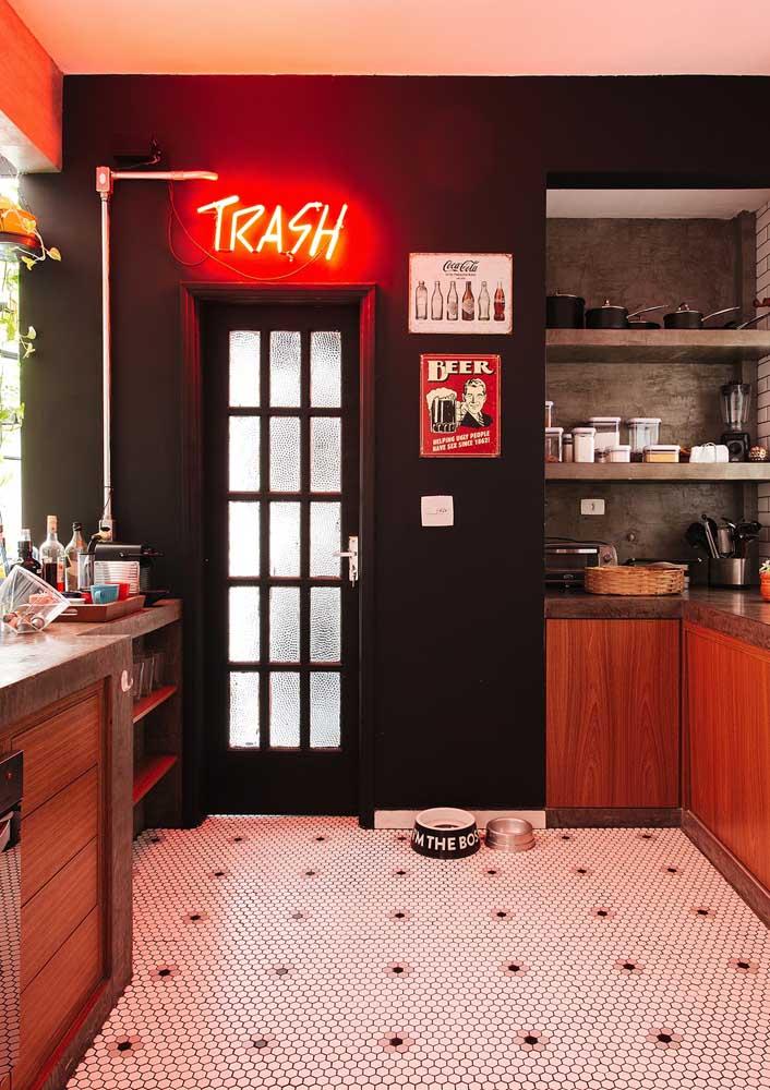 Letreiro luminoso de neon para cozinha. A cor vermelha completa a paleta do ambiente