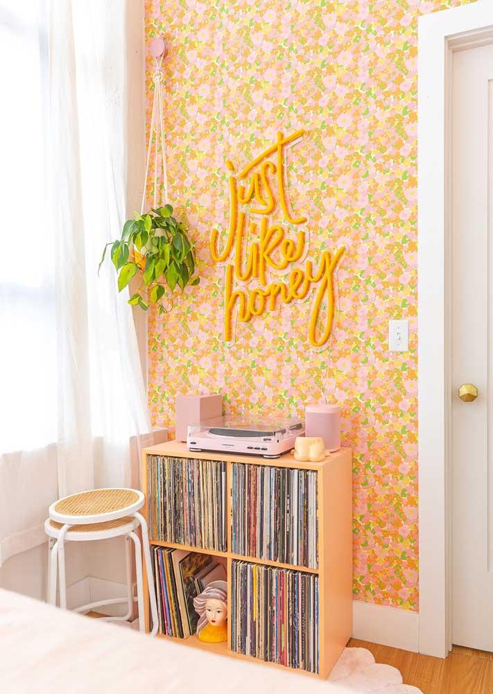 Repare que a cor do neon fala diretamente com a estampa do papel de parede