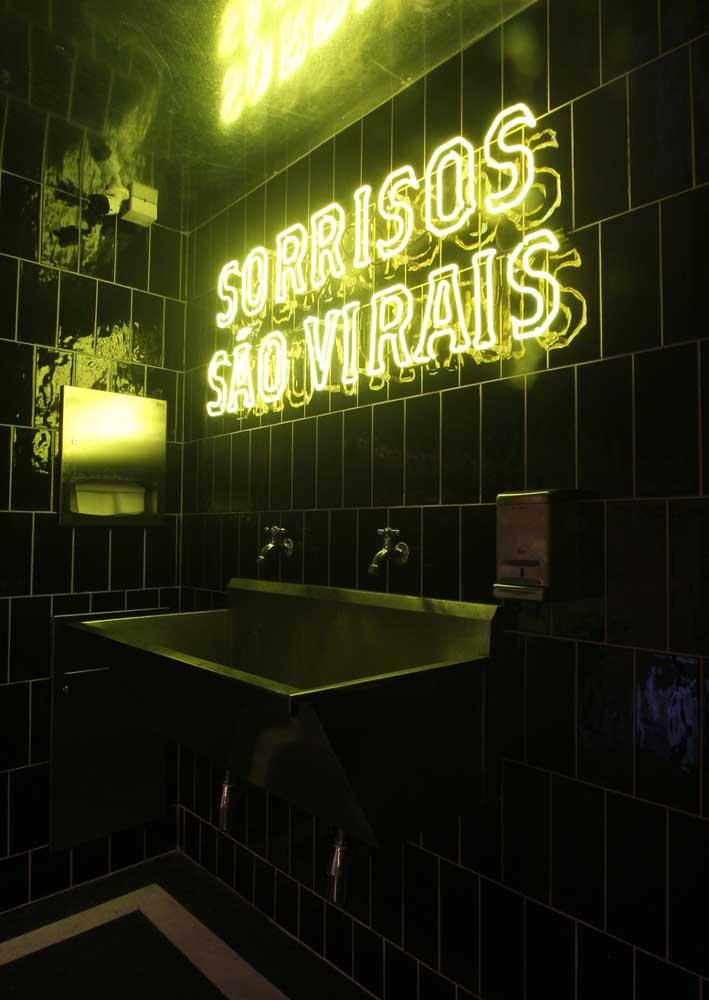 E o que acha de um letreiro neon para o lavabo?