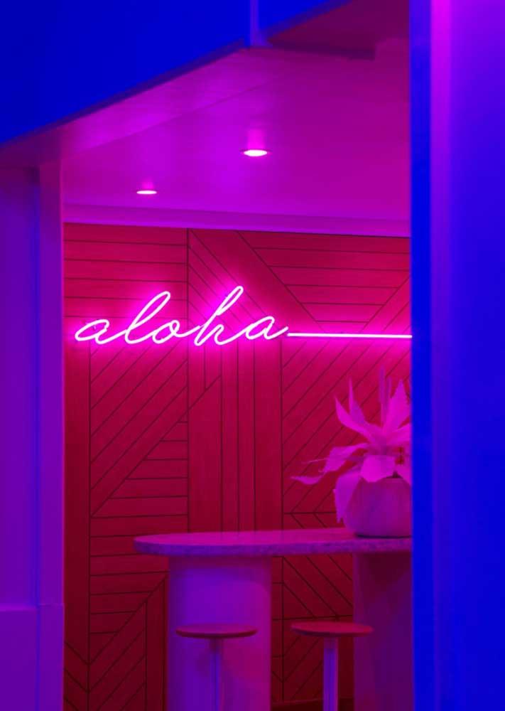 De noite, o letreiro de neon se revela ainda mais bonito