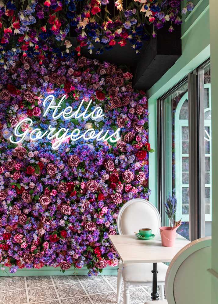 O letreiro neon conseguiu deixar a parede de flores ainda mais bonita
