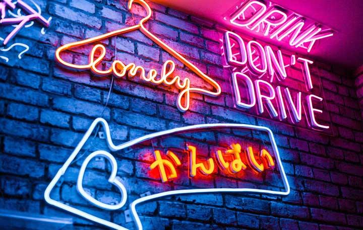 Letreiro Neon: como usar na decoração, dicas e fotos inspiradoras