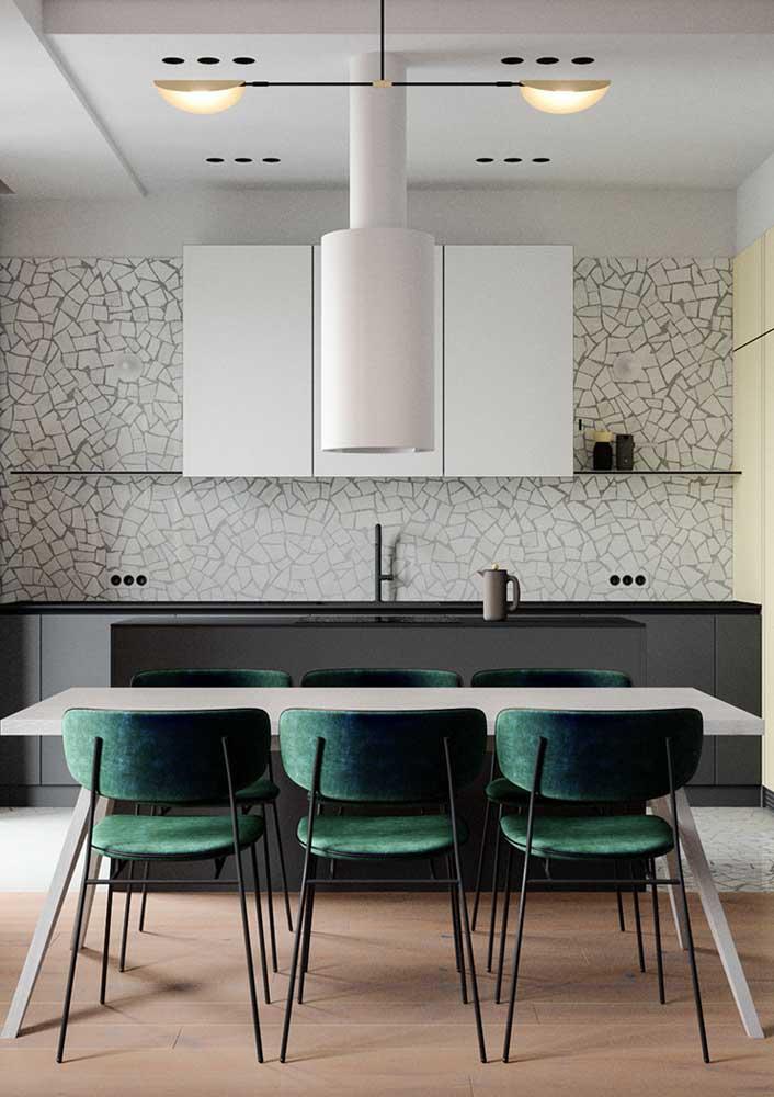 Cozinha com granilite branco na parede e no piso