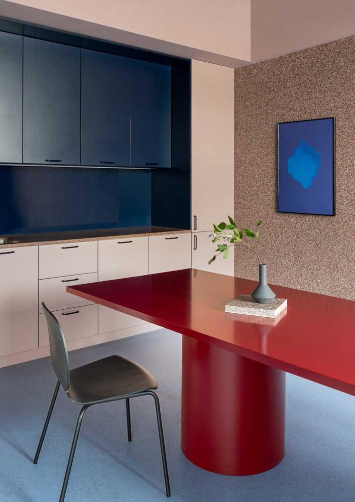 Nessa cozinha, o granilite azul se destaca no piso, enquanto o granilite marrom foi usado na parede e na bancada