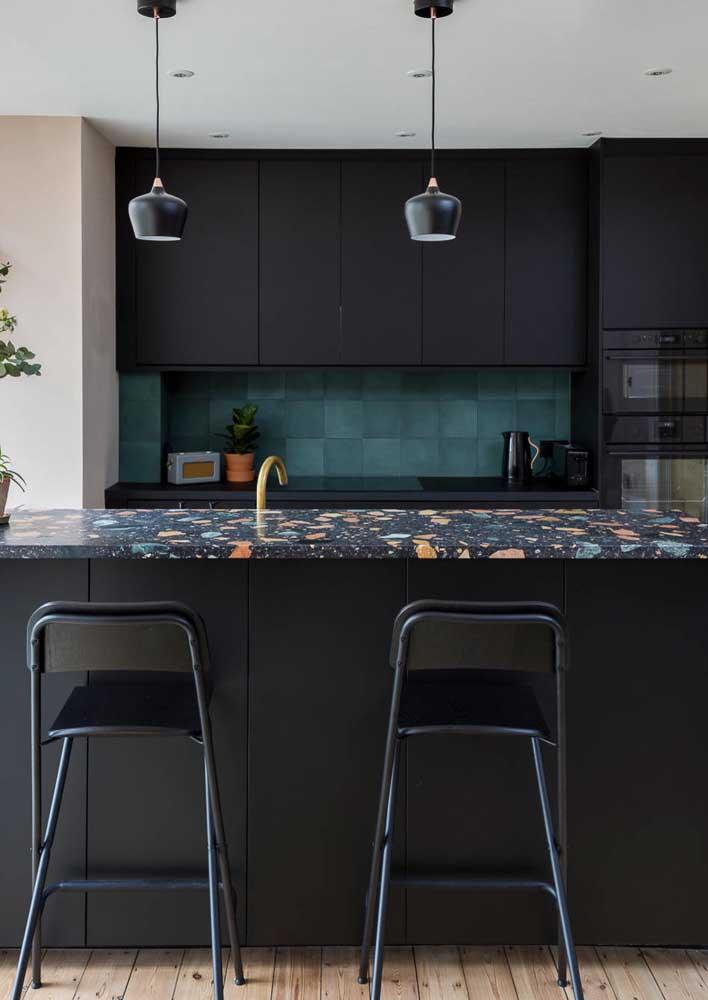 Cozinha preta com bancada de granilite colorida