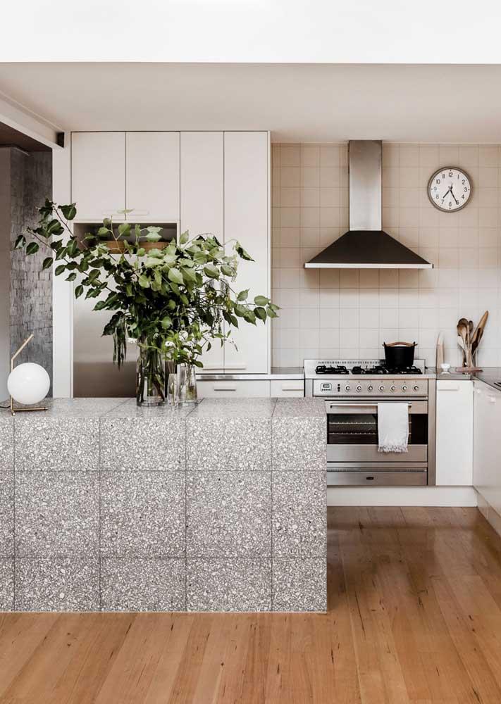 Granilite cinza em placas para a bancada da cozinha. Repare no lindo contraste criado com a madeira do piso