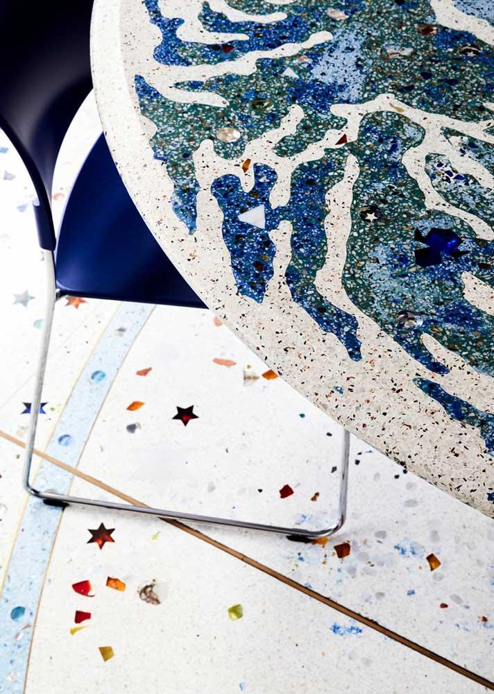Repare que o tampo da mesa também é de granilite, formando uma composição perfeita com o piso