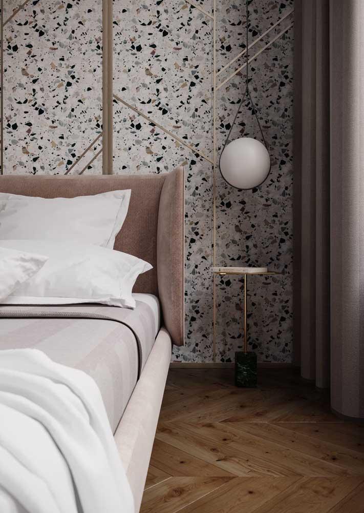 Quarto moderno com revestimento de granilite na parede. Para o piso, a opção foi pela madeira