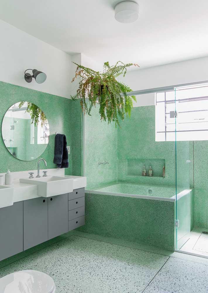 Banheiro com granilite verde no chão e nas paredes width=