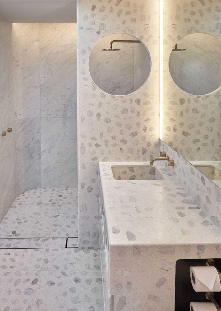 Tons suaves marcam o projeto desse banheiro todo em granilite