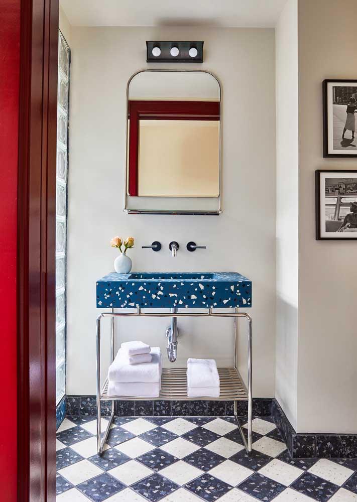 Bancada de granilite azul no banheiro. Repare que o piso também traz detalhes em granilite