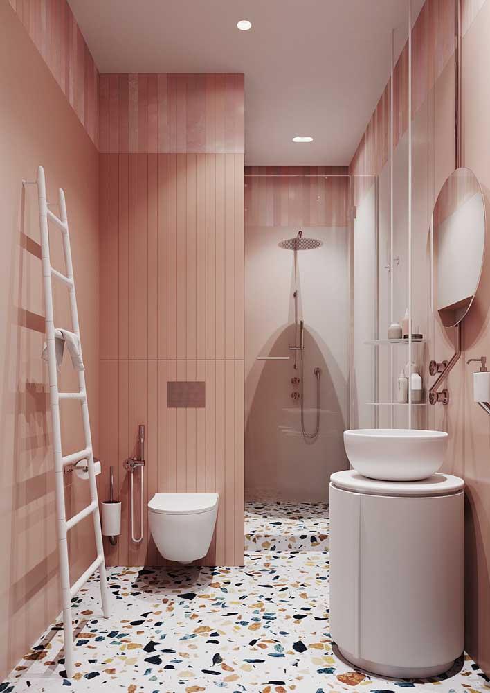 Como não amar um banheiro desses? Revestimento rosa na parede e piso granilite pra combinar!