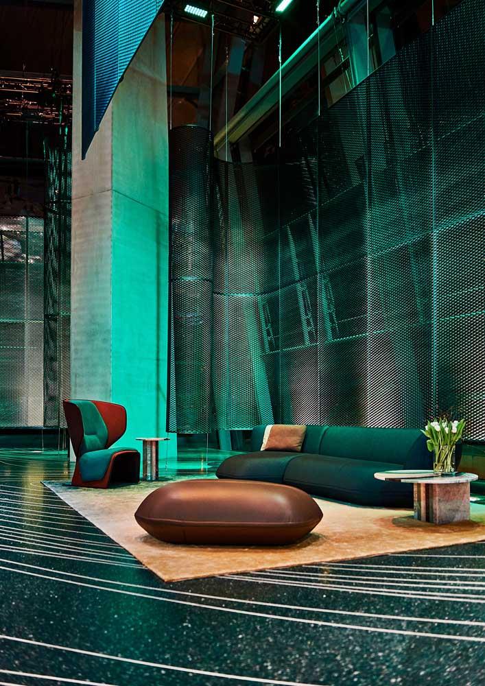 Espaço super conceitual com piso granilite verde que mais parece uma joia de tão brilhante