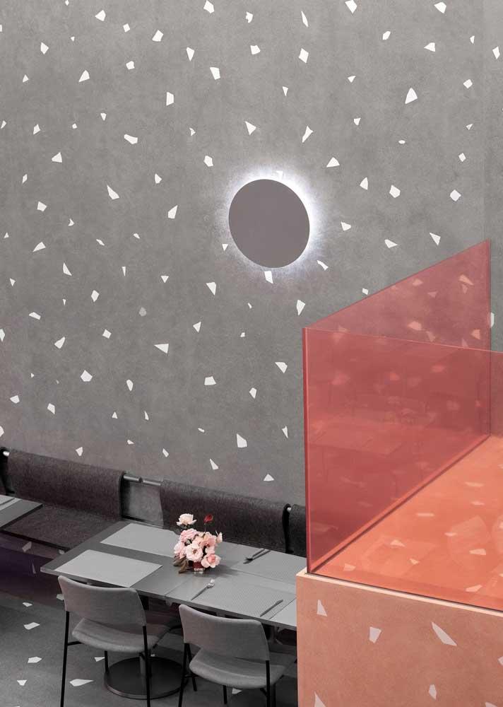 Granilite cinza discreto nas paredes da lanchonete