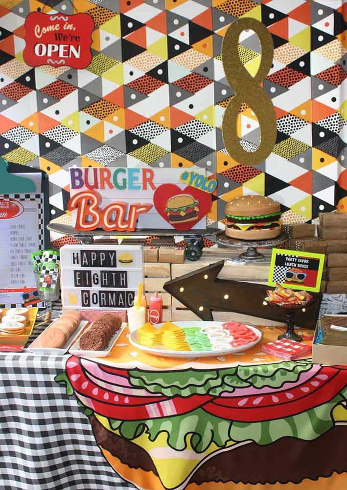 Aqui, a noite do hambúrguer virou tema de festa de aniversário com uma mesa super decorada