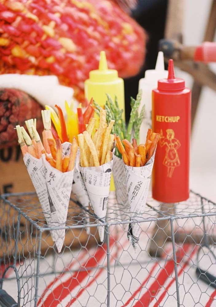 Cones de batata frita para os amigos se servirem à vontade